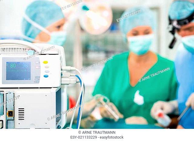 Chirurgen operieren in einem OP-Saal an einem Patienten