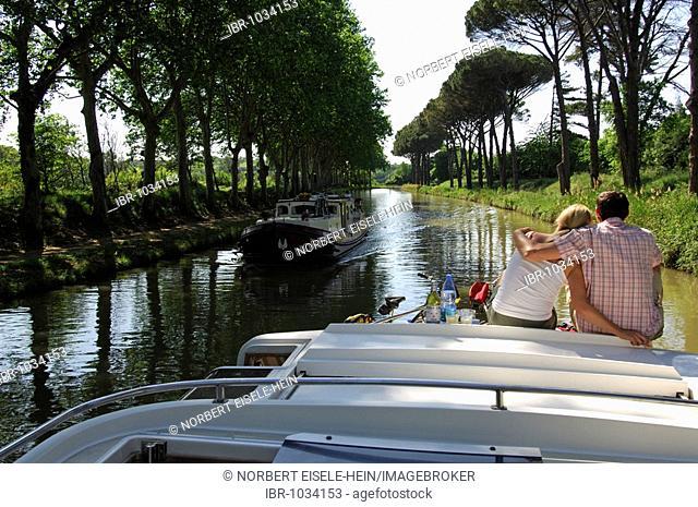 Couple on a yacht, Canal du Midi, Midi, France, Europe
