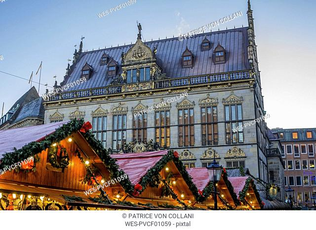 Germany, Bremen, view to Schuetting with Christmas market stands in the foreground