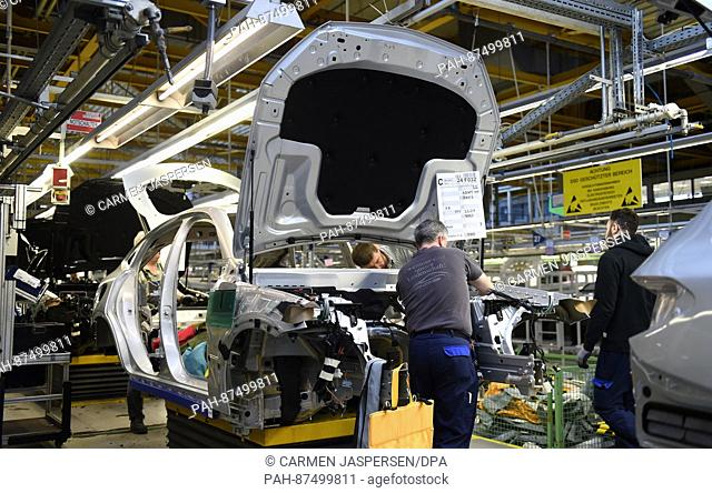 An employee works on a C-Class model at the Mercedes Benz manufactory in Bremen, Germany, 24 January 2017. Photo: Carmen Jaspersen/dpa | usage worldwide