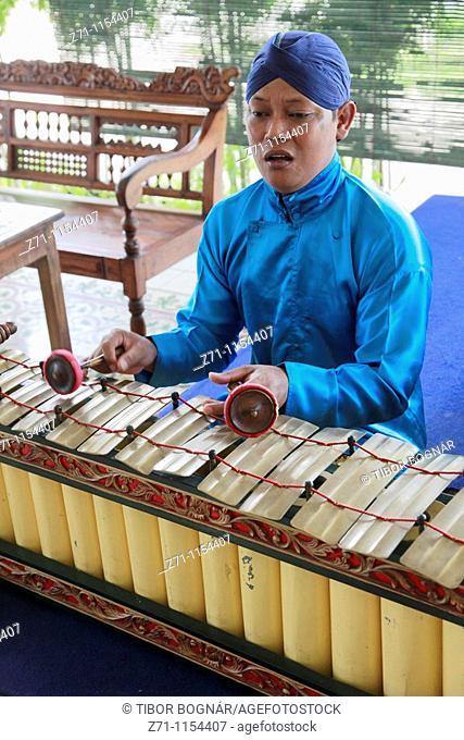 Indonesia, Java, Yogyakarta, gamelan musician