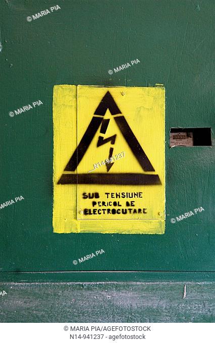 Rumania, Sulina, Delta del Danubio, pueblo pesquero; señal aviso peligro de electrocutarse; alta tensión; texto en rumano