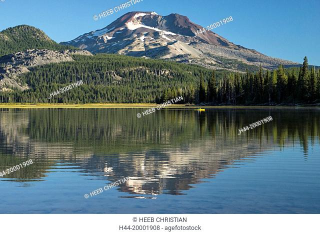 Oregon, Deschutes County, Bend, Sparks Lake, South Sister with kayak