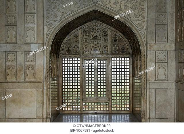 Carved marble window in the Khas Mahal, Marble Pavillon, Red Fort of Agra, UNESCO World Heritage Site, Uttar Pradesh, India, South Asia