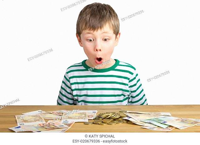 Junge staunt über viel Geld