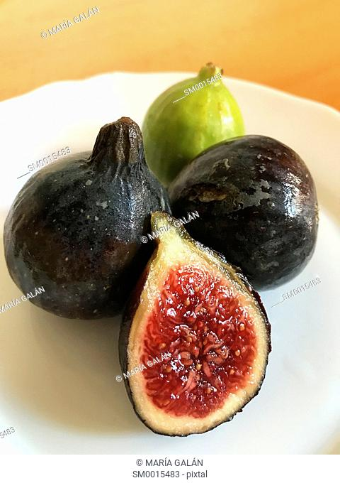 Three blacks figs and a green one