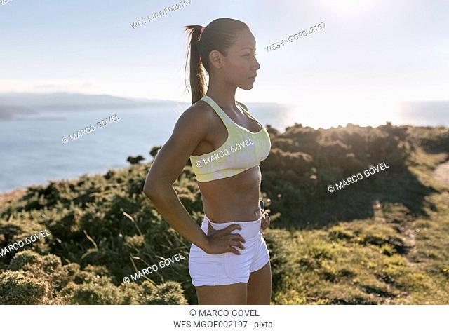 Spain, Asturias, sportswoman on the coast