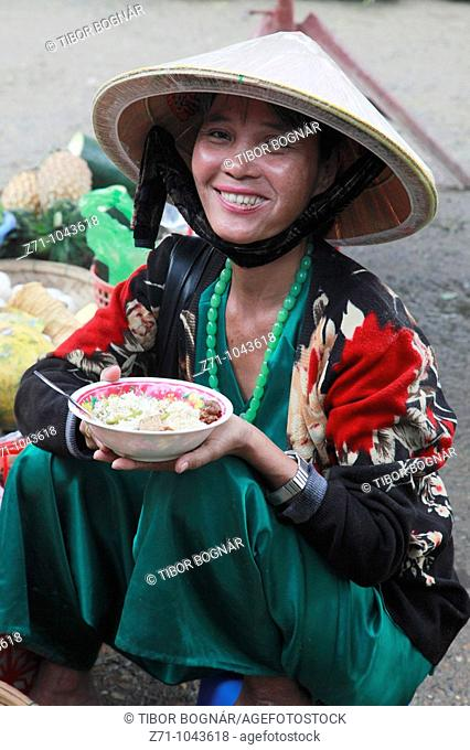 Vietnam, Hoi An, eating woman with conical hat