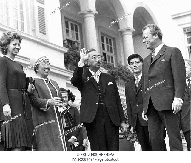 Rut Brandt, Empress Nagako, Emperor Hirohito, an interpreter and German chancellor Willy Brandt (l-r) in front of the chancellor's office on the 13th of October...
