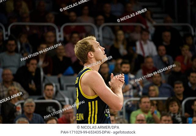 dpatop - Berlin's Luke Sikma looks up during the Basketball Bundesliga match between Brose Bamberg and ALBA Berlin in Bamberg, Germany, 29 October 2017