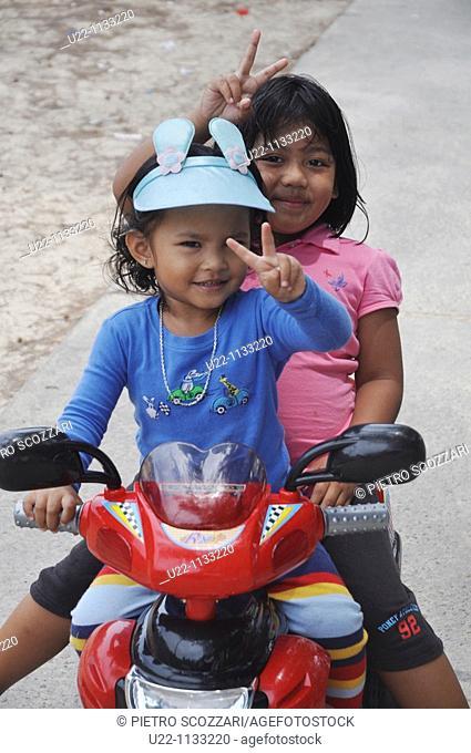 Tioman (Malaysia): young girls at Salang Beach