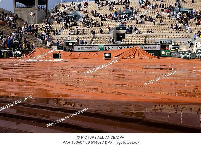 04 June 2019, France (France), Paris: Tennis: Grand Slam, ATP-Tour - French Open, singles, men, quarter finals: Wawrinka (Switzerland) - Federer (Switzerland):...