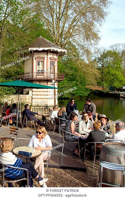 THE TERRACE OF THE WATERSIDE RESTAURANT LA PETITE VENISE ON THE BANKS OF THE EURE RIVER, CHARTRES, EURE-ET-LOIR (28), FRANCE