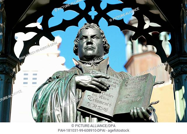 31 October 2018, Saxony-Anhalt, Wittenberg: The Martin Luther monument on the market square. Lutherstadt traditionally celebrates the anniversary of the...