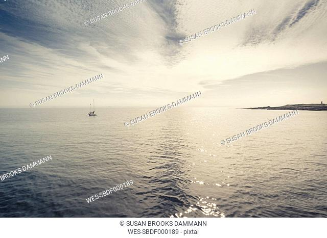 Great Britain, Scotland, Fife, Anstuther, lonely sailing boat at the sea