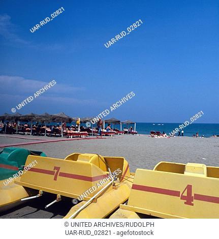 Der Strand El Bajondillo von Torremolinos an der Costa del Sol, Andalusien, Spanien 1980er Jahre. The beach El Bajondillo of Torremolinos at the Costa del Sol