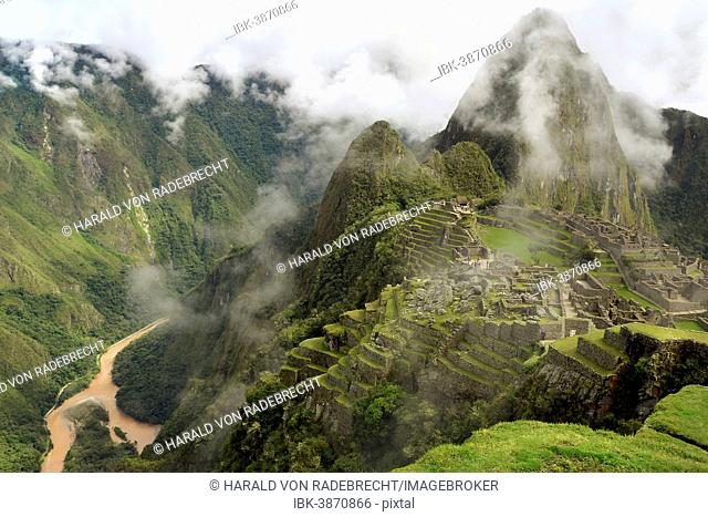 Inca ruins at Machu Picchu, UNESCO World Heritage Site, with clouds and the Urubamba River, Urubamba Valley, Andes, Peru