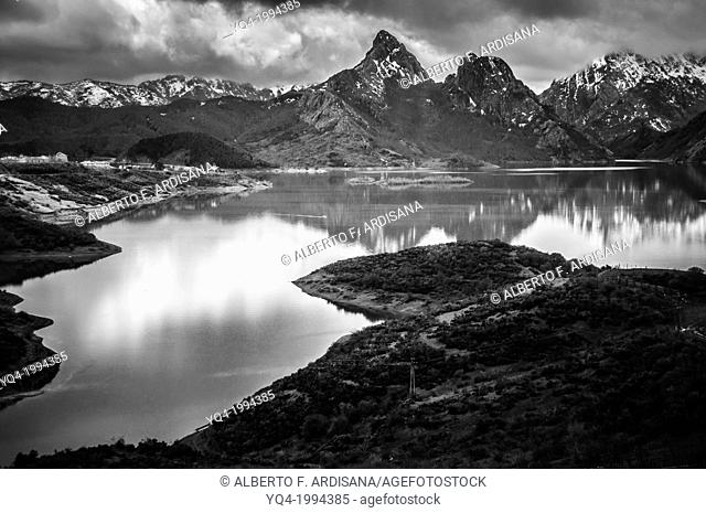 Black and white image of Riaño Lake.León, Spain