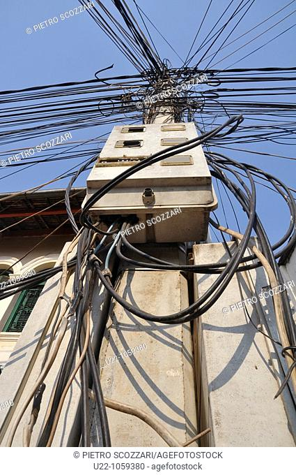 Siem Reap (Cambodia): electrical wires mess