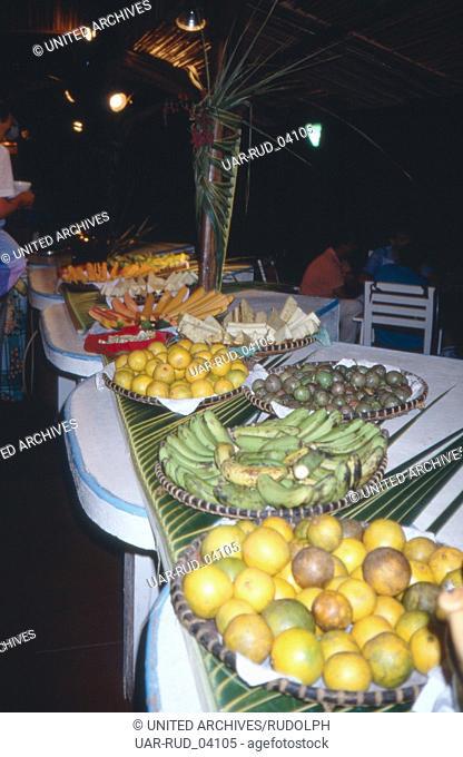 Büffet mit Südfrüchten im Hotel Andilana auf die Insel Nosy Be, Madagaskar 1989. Buffet with tropical fruits in Hotel Andilana on the island of Nosy Be