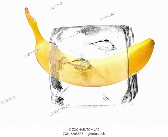 Banane in einem Eiswürfel freigestellt, isoliert mit weißem Hintergrund