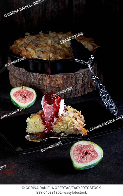 Figs pie with almond flakes and vanilla ice cream, with dripping sauce
