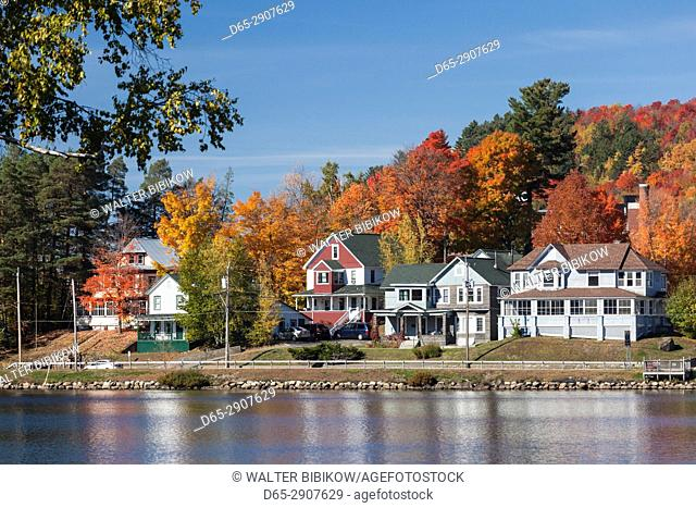 USA, New York, Adirondack Mountains, Saranac Lake, lakefront, autumn