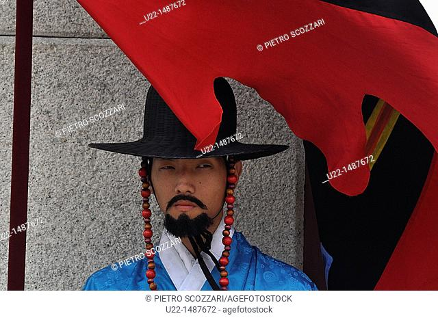 Seoul (South Korea): guard in traditional Korean outfit at the entrance of the Gwanghwamun Gate, by the Geunjeongjeon Palace