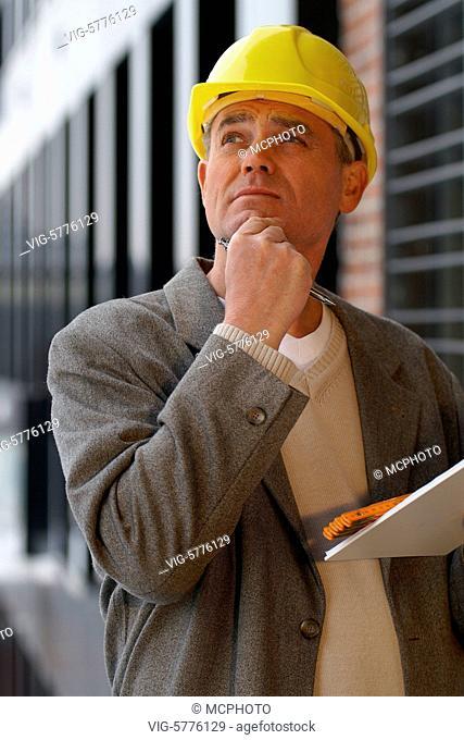 Ein Architekt steht auf der Baustelle und denkt nach, Hamburg 2006 - Hamburg, Germany, 15/03/2006