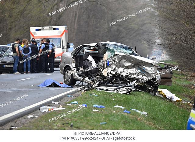31 March 2019, Hessen, Langen: A completely destroyed Opel is standing after a frontal collision with a patrol car on the B486 near Langen