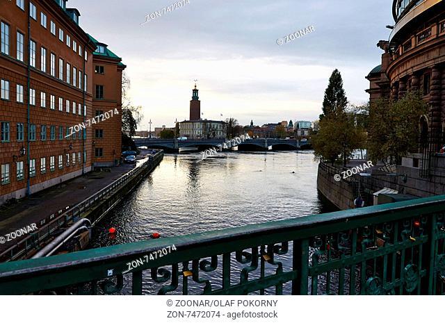 Blick von der Stallbron auf Strömsborg, Vasabron und Stockholms Stadshus, Stockholm, Schweden. View from Stallbron at Strömsborg