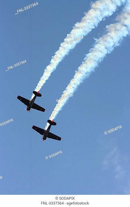Zwei Trainingsflugzeuge North American AT-6 beim Kunstflug, Sturzflug in Formation