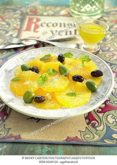 ensalada de naranja con aceitunas verdes y negras y menta