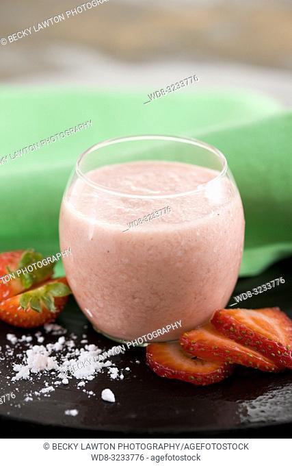 batido de fresa, nata y merengue