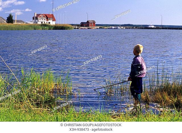 jeune pecheur a Orissaare sur l'ile de Saaremaa,Estonie,pays balte,europe du nord