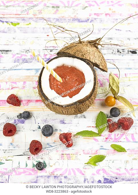 smoothie de coco y frutos rojos / Coconut and red berries smoothie