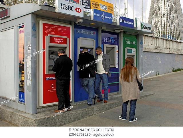 Kunden beim Geldbezug an einem Stand mit Geldautomaten verschiedener Banken am Taksim-Platz, Istanbul, Türkei / Clients withdrawing cash at automated teller...