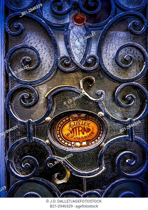 France, Nouvelle Aquitaine, Gironde. building door, Saint Michel area, Bordeaux
