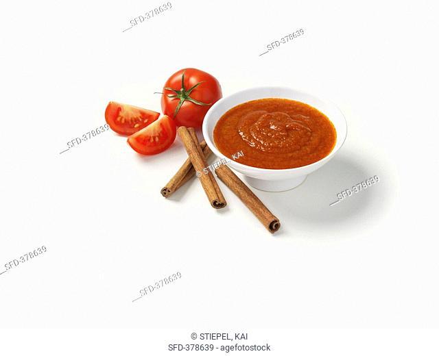 Tomato sauce, tomatoes and cinnamon sticks