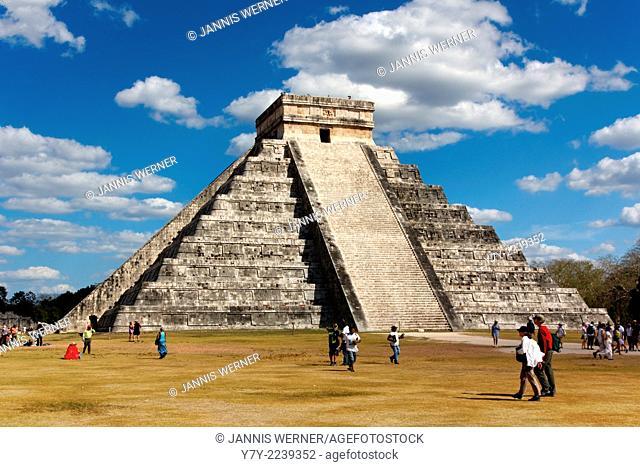 Mayan temple pyramid El Castillo in Chichen Itza, Yucatan, Mexico