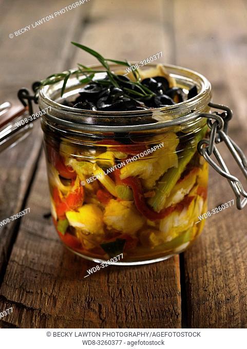 ensalada de bacalao con olivas, pimientos y ajo tiernos