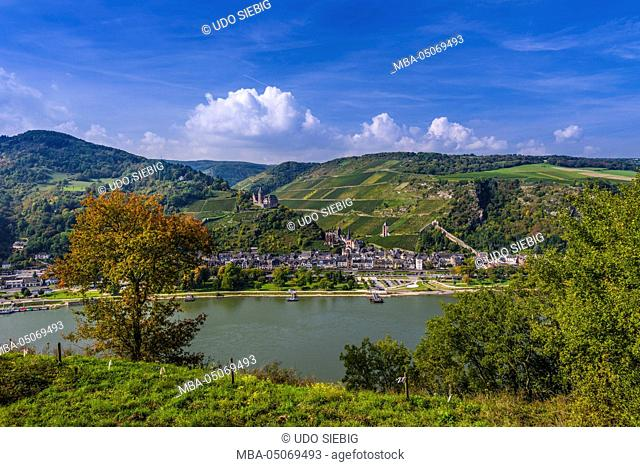 Germany, Rhineland-Palatinate, upper middle Rhine Valley, Bacharach, village with Stahleck Castle, view from the Rheinsteig (hiking trail)