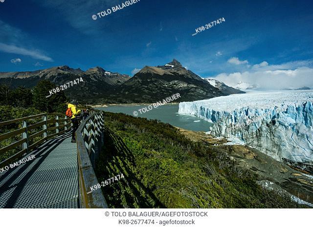 Argentina, Patagonia, Santa Cruz province, Los Glaciares National Park, Perito Moreno Glacier. Tourist on boardwalk