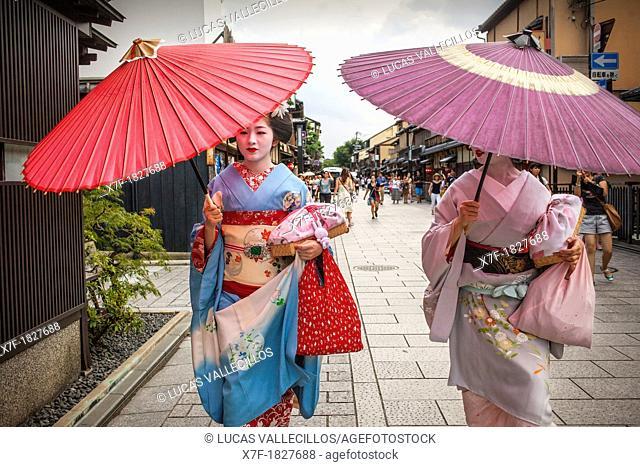 Geisha and 'maiko' geisha apprentice in Hanamikoji dori street Geisha's distric of Gion Kyoto  Kansai, Japan