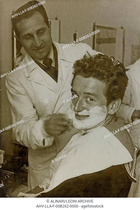 Customer in the barbershop, shot 1940-1950 by Leoni, Luigi