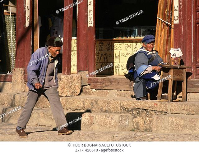 China, Yunnan, Lijiang, street scene, people