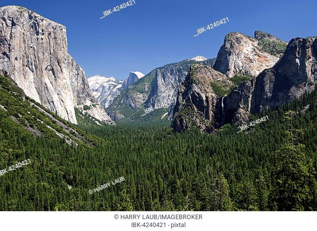 View into Yosemite Valley from Tunnel View, El Capitan left, Yosemite National Park, California, USA