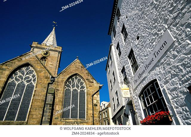 UK, CHANNEL ISLANDS, GUERNSEY, ST. PETER PORT, TOWN CHURCH WITH PUB