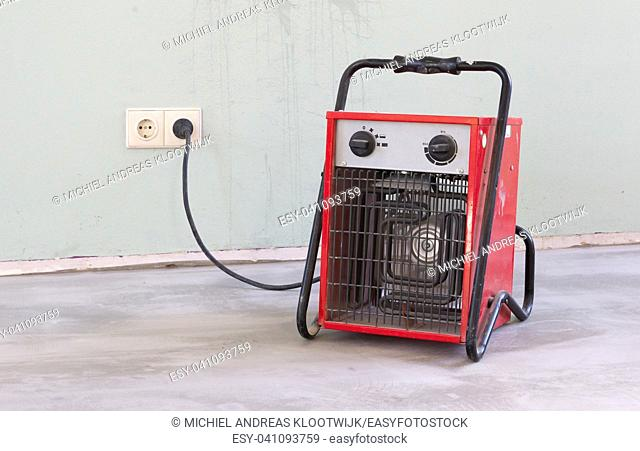 Compact red heater, drying the floor before installing the PVC floor