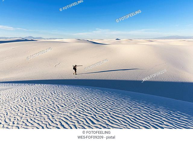 USA, New Mexico, Chihuahua Desert, White Sands National Monument, photographer on dune